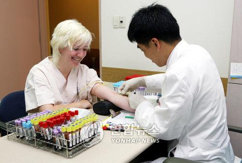 资料图片:来韩就医旅游的外国游客(韩联社/韩国观光公社提供)