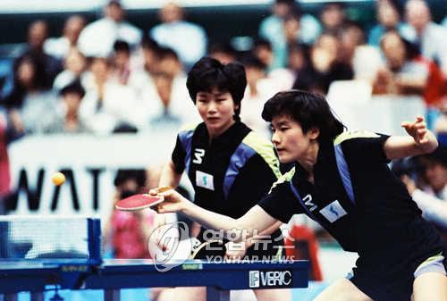 1991年4月,在日本千叶县举行的世界乒乓球锦标赛上,韩国选手玄静和(右)与朝鲜选手李粉姬搭档参赛。(韩联社)