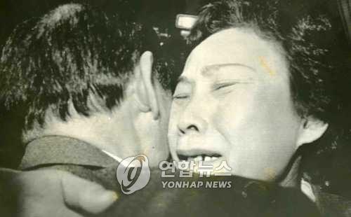 1990年,在日本札幌机场,时隔40年团聚的韩弼盛和韩弼花兄妹相拥而泣。(韩联社)