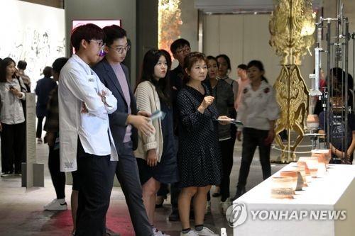 资料图片:2017清州工艺双年展上,参观艺术品的游客络绎不绝。(韩联社)