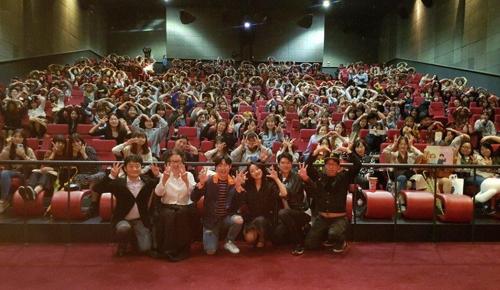韩片《I Can Speak》观影超300万的纪念合影(韩联社/LittleBig Pictures发行商提供)