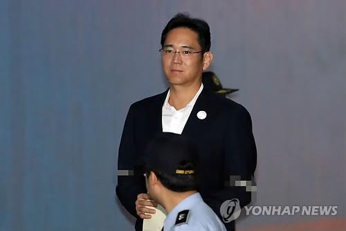 10月12日上午,在首尔市高等法院,李在�F出庭受审。(韩联社)