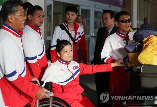 资料图片:2016年9月,在加利昂国际机场,朝鲜残奥体育代表团飞抵巴西,准备参加里约残奥会。(韩联社)