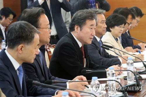 10月18日,在韩国中央政府首尔办公楼,国务总理李洛渊(左三)在冬奥支援会议上上发言。(韩联社)