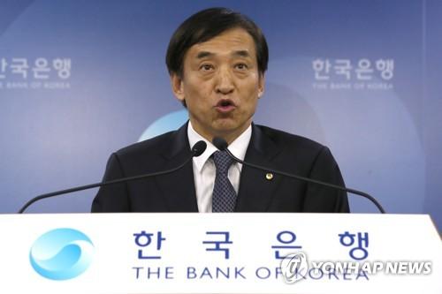 10月19日上午,在韩国银行,行长李柱烈公布货币政策决议。(韩联社)