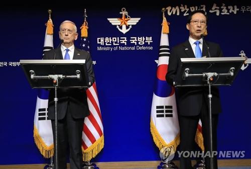 10月28日,第49届韩美安保会议(SCM)在首尔国防部大楼举行。韩国防长宋永武(右)和美国国防部长马蒂斯会后举行共同记者会。(韩联社)