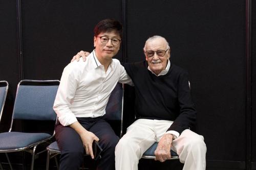 左为金容华,右为斯坦・李。(DEXTER STUDIOS提供)