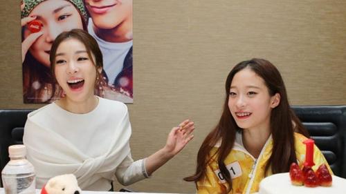 金妍儿(左)与柳英(可口可乐公司提供)