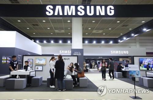 资料图片:10月17日,韩国电子展在首尔COEX会展中心举行,访客在三星电子展区体验智能手机Galaxy Note8。(韩联社/三星电子提供)
