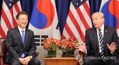 资料图片:当地时间9月21日上午,在美国纽约,韩国总统文在寅(左)与美国总统特朗普举行首脑会谈。(韩联社)