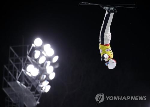 2月10日,在平昌举行的2017国际雪联自由式滑雪世界杯上,中国自由式滑雪空中技巧运动员齐广璞正展现高难度技巧。(韩联社)