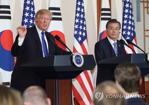 11月7日下午,在青瓦台,韩美两国总统共同会见记者。(韩联社)