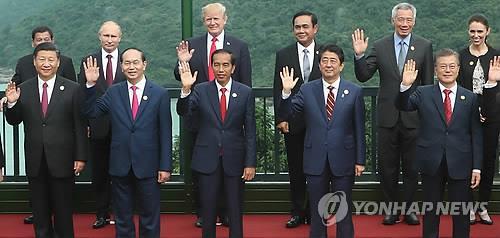 当地时间11月11日,在越南洲际岘港新半岛度假酒店举行的亚太经合组织(APEC)第二十五次领导人非正式会议上,各国首脑进行大合照。第一排左起依次为中国国家主席习近平、越南国家主席陈大光、印尼总统佐科・维多多、日本首相安倍晋三、韩国总统文在寅。(韩联社)