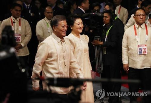 资料图片:当地时间11月12日下午,在马尼拉SMX会展中心,韩国总统文在寅(左)和夫人金正淑女士出席东盟50周年晚宴。(韩联社)