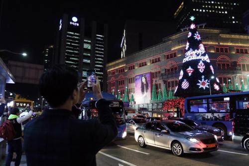资料图片:新世界百货总店前的圣诞树吸引游客眼球。(韩联社/新世界百货提供)