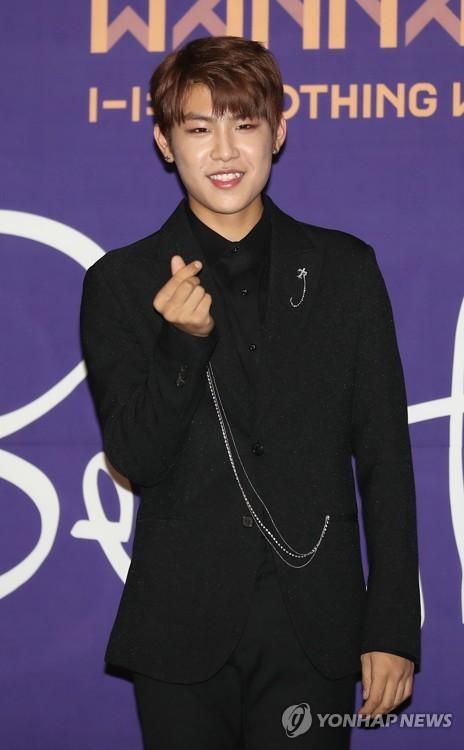 Wanna One成员朴佑镇摆姿势供媒体拍照。(韩联社)