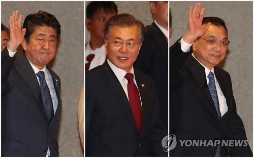 11月14日,在马尼拉菲律宾国际会议中心,日本首相安倍晋三(左起)、韩国总统文在寅、中国国务院总理李克强出席第二十次东盟与韩中日(10+3)领导人会议。(韩联社)