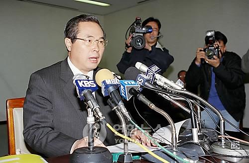 资料图片:1997年11月21日,在韩国政府果川综合办公大楼,时任韩国副总理兼财政经济院长官林昌烈召开紧急记者会。(韩联社)