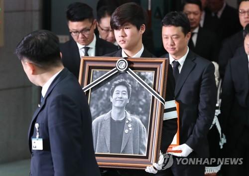 资料图片:11月2日上午,在首尔峨山医院正在举行已故演员金柱赫出殡仪式。(韩联社)