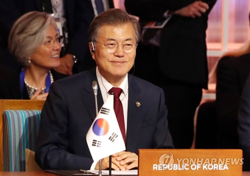 当地时间11月14日下午,在菲律宾马尼拉国际会议中心(PICC),韩国总统文在寅面带微笑出席第12届东亚峰会(EAS)。(韩联社)
