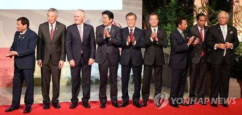 11月14日下午,在马尼拉国际会议中心,第12届东亚峰会前,韩国总统文在寅(中)同各国首脑合影。左起为菲律宾总统罗德里戈・杜特尔特、新加坡总理李显龙、澳大利亚马尔科姆・特恩布尔、日本首相安倍晋三、文在寅、俄罗斯总理梅德韦杰夫、文莱国王哈吉・哈桑纳尔・博尔基亚、印尼总统佐科维、马来西亚总理纳吉布。(韩联社)