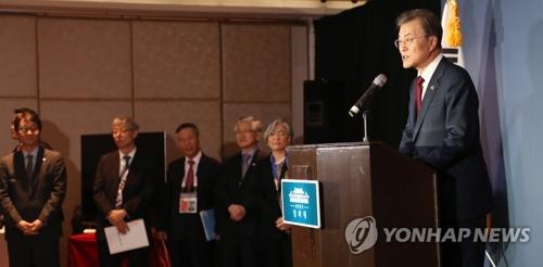 11月14日下午,在马尼拉,文在寅介绍亚太经合组织、东盟首脑会议等东南亚访问成果。(韩联社)
