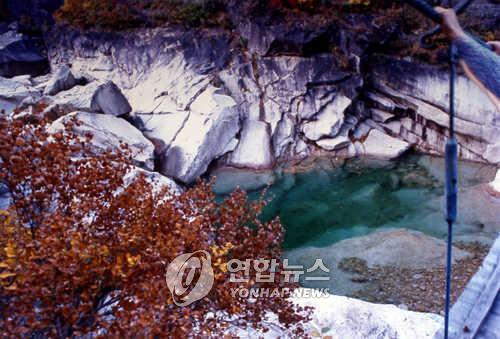 资料图片:朝鲜金刚山的一泓泉水(韩联社)