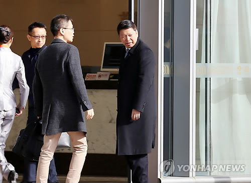 11月17日下午,在首都国际机场,宋涛(右一)走入贵宾通道。(韩联社)