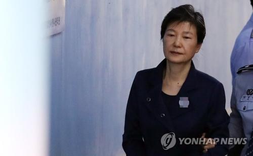 资料图片:10月16日,在首尔中央地方法院,朴槿惠在延长羁押后首次出庭受审。(韩联社)