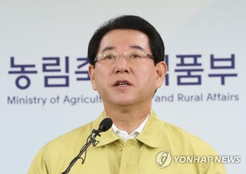 11月20日,在中央政府世宗办公楼,农林畜产食品部长官金瑛录在记者会上介绍禽流感疫情。(韩联社)