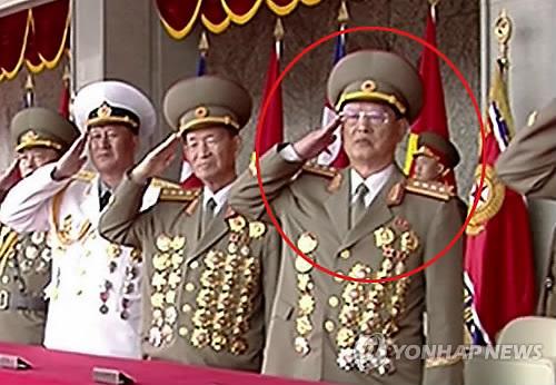 资料图片:传闻被撤的金元弘(红圈中人)现身4月15日的朝鲜阅兵式。图片仅限韩国国内使用,严禁转载复制(韩联社/朝中社)