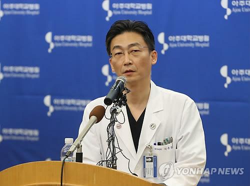 11月22日上午,在京畿道水原亚洲大学医院,李国钟教授对投韩朝鲜士兵伤情进行汇报。(韩联社)