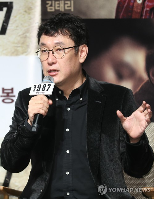 11月22日,在首尔CGV影城狎鸥亭店,导演张俊焕在电影《1987》定档发布会上发言。(韩联社)