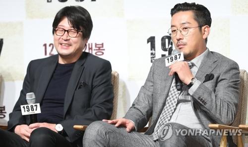 11月22日,在首尔CGV影城狎鸥亭店,演员金允石(左)和河正宇在电影《1987》定档发布会上答记者问。(韩联社)