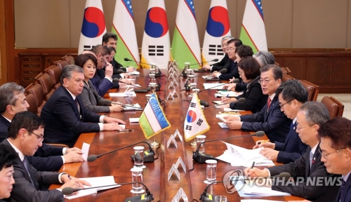 11月23日下午,在韩国总统府青瓦台,总统文在寅和乌兹别克斯坦总统沙夫卡特・米尔济约耶夫举行扩大会谈。(韩联社)