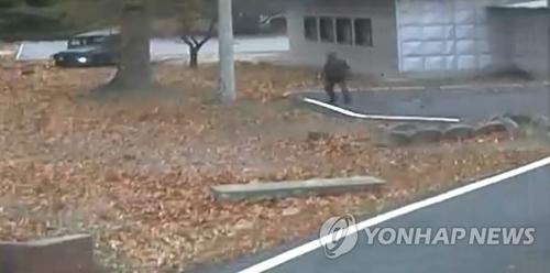 11月13日,在韩朝边界板门店,尾随投诚士兵的朝军追捕组一名成员在越过军事分界线后突然停下犹豫。联合国军事司令部22日公开日前通过板门店共同警备区(JSA)投诚的朝鲜士兵枪击现场情况录像。(韩联社/联合国军司令部提供)