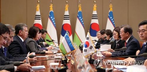 11月23日下午,在韩国总统府青瓦台,总统文在寅(右二)和乌兹别克斯坦总统沙夫卡特・米尔济约耶夫(左三)举行扩大会谈。(韩联社)