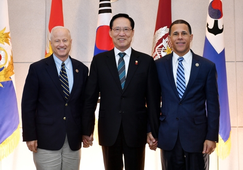 11月24日,韩国国防部长宋永武(中)同访韩的美国众议院军事委员会议员麦克・科夫曼(左)、安东尼・布朗等人组成的代表团会晤,共同探讨韩半岛安全局势和韩美合作方案。(韩联社/国防部提供)