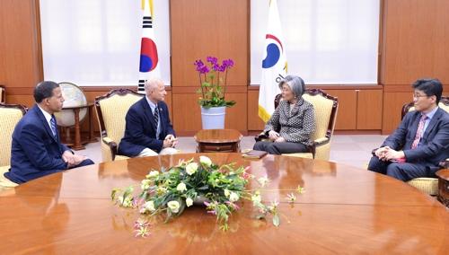 11月24日,韩外交部长康京和(右二)同访韩的美国众议院军事委员会代表团会晤,双方就特朗普访韩成果等韩美关系现状和朝核问题交换了意见。(韩联社/外交部提供)