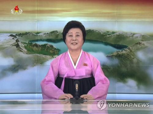 """11月29日,朝鲜央视发表重大报道,宣布""""火星-15""""型洲际导弹试射成功。图为朝鲜央视主持人李春姬播报""""政府声明""""。图片仅限韩国国内使用,严禁转载复制。(韩联社/朝鲜中央电视台)"""