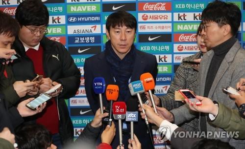 11月3日,在仁川国际机场,韩国国家男子足球队主教练申台龙接受媒体采访。(韩联社)