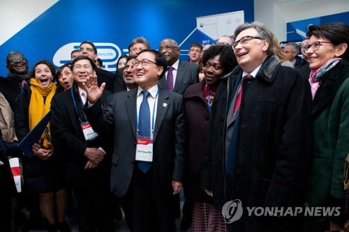12月7日,在平昌,韩国科技通信部长官俞英民向驻韩外交使节介绍平昌冬奥会ICT领域筹备情况。(韩联社)