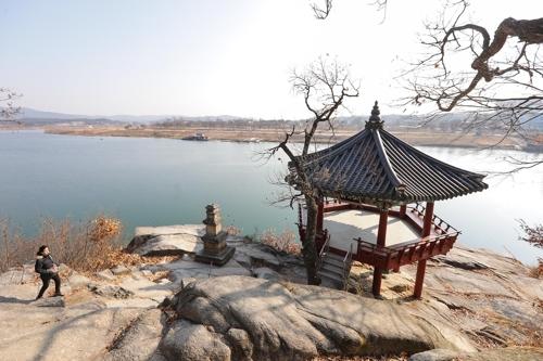 登上江月轩,凭栏远眺水天一色,杂念凡尘一扫而空。(韩联社记者成演在摄)