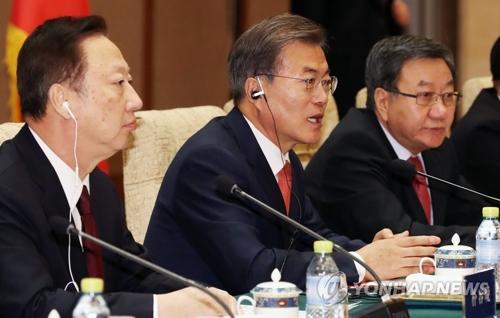 12月13日下午,在北京钓鱼台国宾馆,正在中国进行国事访问的韩国总统文在寅出席韩中商务论坛并发言。(韩联社)