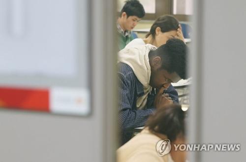 资料图片:参加韩国语能力考试(TOPIK)的考生。(韩联社)