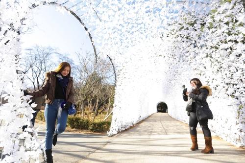 外国游客在晨静树木园合影留念。(韩联社记者成演在摄)