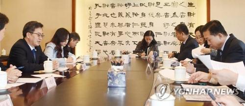 12月15日,在中国北京,韩财长金东兖(左)同中国财政部长肖捷举行会谈。(韩联社/企划财政部提供)