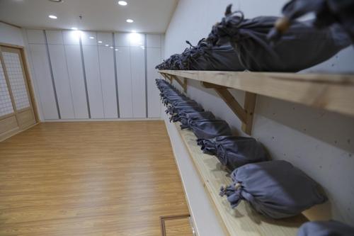 金刚精寺地下的吃斋食器——钵盂(韩联社记者成演在摄)