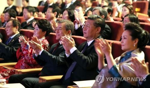 资料图片:12月14日,在北京人民大会堂,韩国总统文在寅夫妇同中国国家主席习近平夫妇一同观看韩中文化交流之夜演出。(韩联社/青瓦台提供)