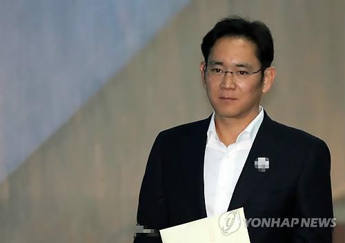 资料图片:12月22日,在首尔高等法院,三星电子副会长李在�F走向法庭。(韩联社)